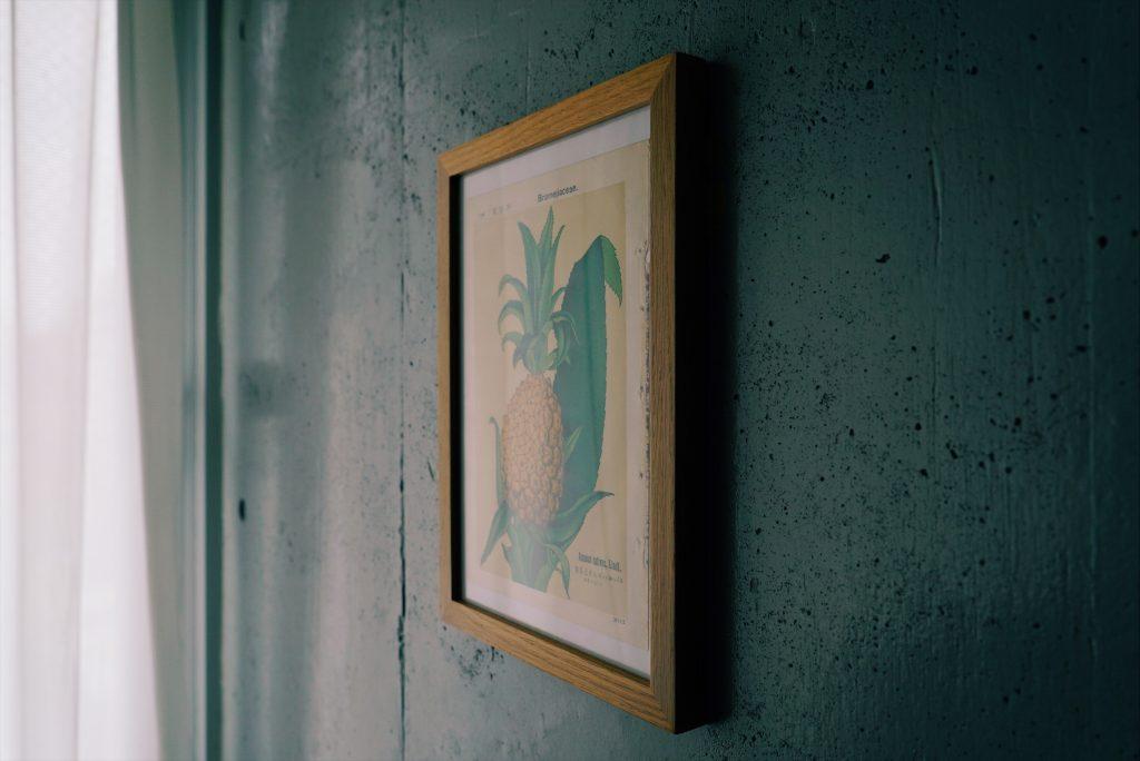 壁にかかったボタニカルアート