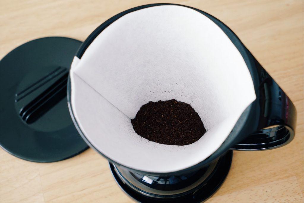 ドリッパーの中にコーヒー豆