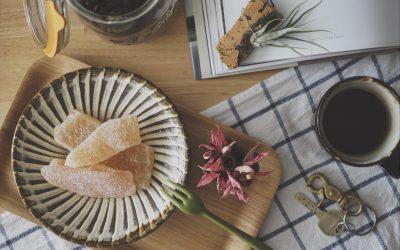 テーブルの上の小鹿田焼とコーヒー