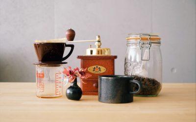 コーヒードリッパーと、ミルと、コーヒーカップと、コーヒー豆
