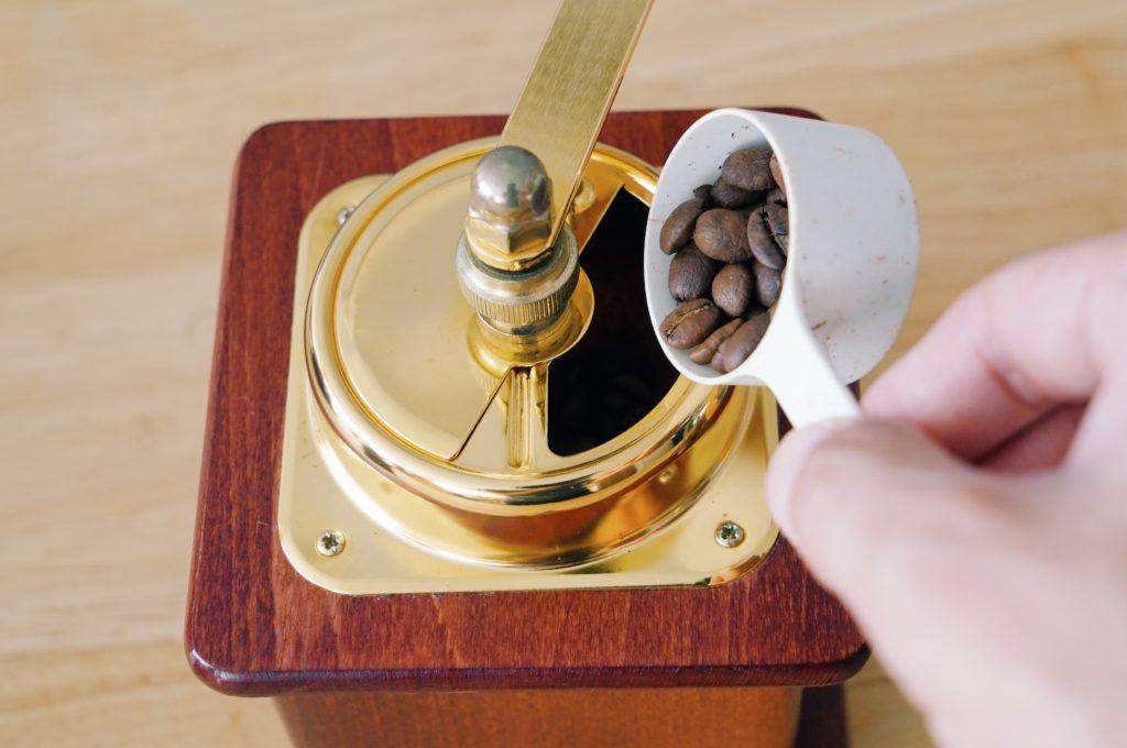ミルに豆を入れる
